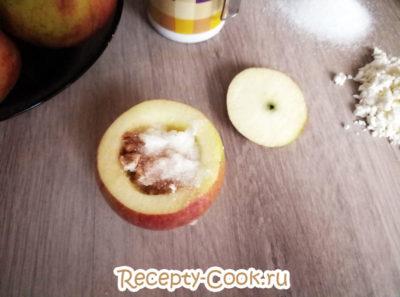 как запечь яблоки с творогом