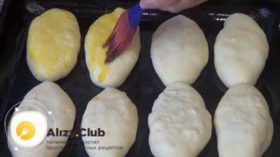 когда мазать пирожки яйцом