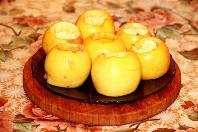 как запечь яблоки с творогом в духовке