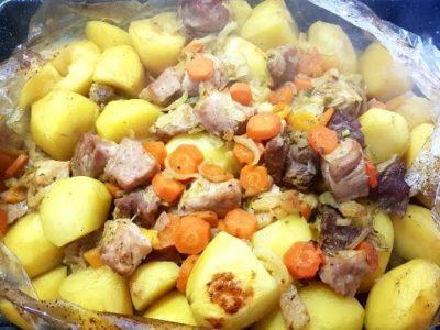сколько запекать картошку в рукаве в духовке