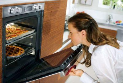почему не пропекается пирог в духовке внутри